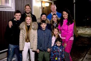 Camille och Camilla Chamoun med barnen George, Alison, Gabriel, Nisha, och Jacob trivdes med Kanal 5:s team med Johnnie Krigström, Mattias Särnholm och Sofia Wistam.