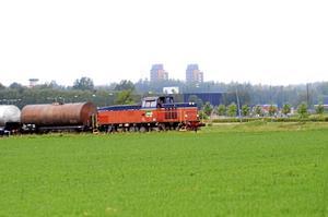 Används fortfarande. En gång om dagen banar sig tåget väg över slättmarken på väg från Kumla station till Kvarntorps industriområde. Bild: JAN WIJK