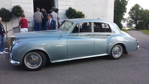 Klockan 16 på lördagen anlände bröllopsparet till kyrkan i en Rolls Royce.