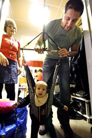 Här gäller det att prova grejerna innan köpet. En hoppgunga till sonen Melvin Näsström, fem månader, bestämmer sig Sebastian Näsström för, och får hjälp av Bibbi Lundin i personalen.