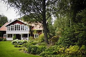 Berglunds trädgård i Östersätter, Lunger, är en stor och frodig trädgård. Husets vackra snickerier på föräldragården har Berndt gjort själv.