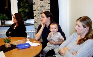 Föräldrarna och Ljustorpsborna Eva Öhrling, Linda Funcke med sonen Vilhelm och Kristina Nordin var kritiska till fyraåringarnas flytt till skolans lokaler.