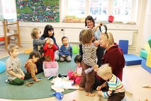 Pedagogisk omsorg i samverkan. Catarina Johansson, Ann-Marie Nilsson och Gudrun Elfwing ingår i en grupp av fyra dagbarnvårdare som samverkar så att det inte bara blir egenarbete.