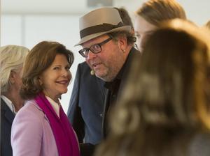 Fotografiskas Jan Broman i samspråk med drottning Silvia som inviger en utställning. Arkivbild.