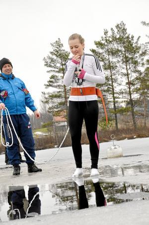 """Nervös. """"Ska man hålla för näsan"""", frågade sig Kristine Håkansson som tvekade lite på kanten innan hon tordes hoppa i."""