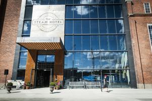 Glasfasaden döljer 18 våningar med allt från, hotellrum, spa och restauranger.