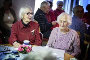 Anna-Lisa Stenlund och Kerstin Falk lovprisar Monica Henriksson och hennes arbete med musikunderhållningen på fredagarna.