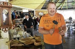Jörgen Grönberg äger JGs auktionsservice som anordnar auktionen. Han brukar ansvara för att slå med klubban när auktionen drar i gång.