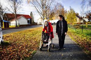 Viola Appelqvist får sällskap på sin dagliga morgonpromenad av Alexandra Olovsson.