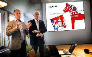 Kent Lövgren, marknadschef Falun2015, och Sven von Holst, vd Falun2015, presenterar den nya symbolen för VM. Foto: Staffan Björklund