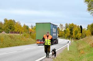 Leif Granlöf och de andra jägarna som gör eftersök i Hjortkvarn lever farligt på vägarna. Leif Granlöf tycker att NVR, nationella viltolycksrådet, borde sponsra jägarnas säkerhetsutrustning.BILD: SAMUEL BORG