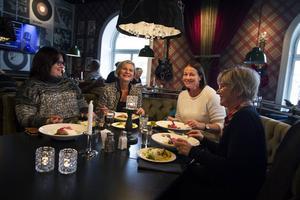 Linda Wiström, Anki Larsson, Ingela Persson, Katarina Nordlander är några av de som valt att käka ute på en av Sundsvalls alla restauranger.