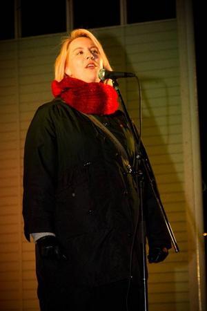 Mona Modin Tjulin (S) inledde Earth hour med ett tal i Badhusparken.