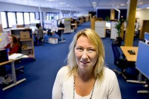 """sänker kravet. För att minska pressen på de anställda sänker försäkringskassan internt kravet på de anställda – sju av tio som ringer ska få svar. """"Vi drar inte ned vår ambition, däremot måste vi titta på arbetsmiljön och sänka tillgängligheten lite"""", säger Pia Rydqvist är platschef för kundcentret i Gävle med 170 anställda."""