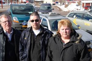 Besvikna. Taxi Rättvik slår igen i juni. Delägare och anställda är besvikna på Dalatrafik. Från vänster Sören Johansson, Thomas Carlsson och Lis Röngård-Olsson.