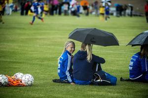 Heffnersklubbans Alma Sjöström gjorde det enda rätta – hon tog skydd under ett paraply med sina lagkompisar.