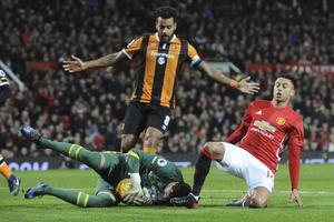 Hull-målvakten Eldin Jakupovic mot Manchester United.