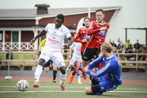 Anthony Obodai var en av flera i Ånge som skapade chanser framåt. Här försöker mittfältaren runda målvakten Sebastian Henriksson.