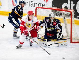 HSK:s forward Fredrik Hagman svarade för en bra match i derbyt mot BHF. Här är Fredrik framme och oroar Borlängeförsvaret.