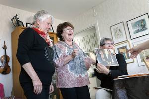 Det blir många glada skratt när de gamla bilderna från 35 års vänskap plockas fram. Christina Styrman, Sylvia Wigstrand och Anette Falk har hållit ihop sedan vårdhögskolan.
