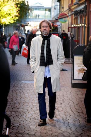 Rune Bondjers får pris bland annat för att han för kunskaper om konst i länet vidare.