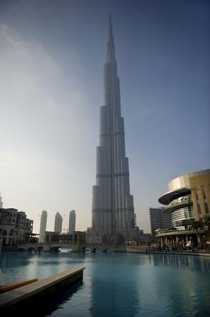 Världens högsta byggnad Burj Khalifa, invigdes 4 januari 2010. Den är 828 meter hög med 164 våningar. Den används för hotell, kontor och bostäder. Våning 123 och 124 är utsiktsplats för allmänheten.