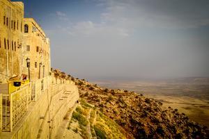 Sankt Matthews syrisk-ortodoxa kloster, undangömt i bergen i norra Irak. 15 kilometer bort finns IS.