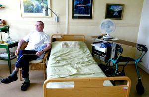 Göran Andersson, 78 år, bor på Björkbackens södersida, och visst kan det vara litet väl varmt i rummet, tycker han.