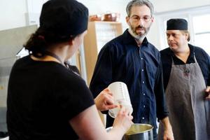 Thorkil Boisen från Danmark lär kursdeltagarna hur de gör gräddglass, mjölkglass och sorbet.