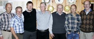 Här ses Ludvika OK:s 10-milasegrare från 1973 uppradade i sträckordning: Från vänster: Arne Johnsen, Rolf Jakobsson, Christer Hellström, Bertil Höök, Per Eriksson, Ulf Johnsen och Lars-Åke Rystedt. På bilden saknas Per-Åke Hellman, Sture Björk och Bengt Gustavsson.