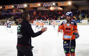 VSK:s tränare Michael Carlsson tackar Daniel Berlin för god match.