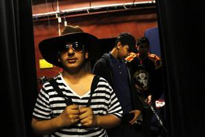 Hakar Salih, utklädd till friluftsälskare, i kulisserna i väntan på nästa scen.