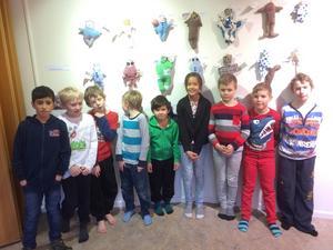 Rotskärsskolans andraklassare visar stolt upp sina konstverk.