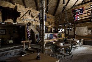 Inne i Cimmaron Saloon är väggarna välfyllda. Det mesta som hänger här har donerats.