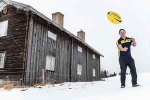 Joakim Svensson är hemma i Ytterberg för att repa sig efter ett benbrott.