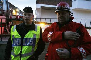 – Hon hängde i armarna på utsidan, säger räddningsledaren Lars Nyman, på bilden med polisman Oscar Berglund.