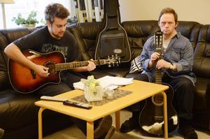 Musikcirkel. Henrik Ekstrand håller i musikcirkeln på den dagliga verksamheten. Jarmo Kaan både sjunger och spelar med i låten Leende guldbruna ögon.