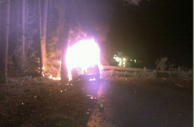 Hjaltar raddade man ur brinnande bil