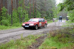 fartfyllt. Regnet öste ner när Laxårallyt drog i gång på lördagen. Vädret verkade dock inte bekomma de 132 ekipagen som körde så gruset sprutade och bjöd publiken på ett spännande skådespel.Foto: Barbro Isaksson