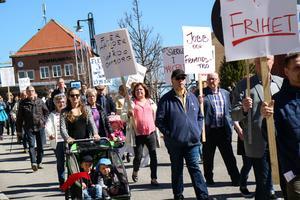 Ett hundratal slöt upp för att marschera genom Smedjebacken.