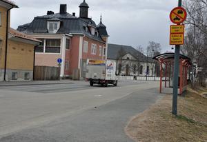 Längs Fjällvägen i Sveg är det osäkert om trafik utöver taxi och buss är tillåten. Rimligen gäller det för bussfickan men helt säker kan ingen vara.