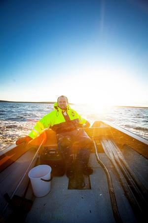 Carl Hedlund har lärt sig mycket om båtliv och fiske av sin pappa och farfar. Han hoppas kunna fiska en hel del under de här månaderna när han bor på Agön.