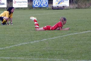 Siriuslånet i Gustafs mål, Kaisa Nilsson, tittar långt efter bollen tillsammans med Lina Cederhorn. Bollen låg i nät och betydde 1–0 till Hammarby.