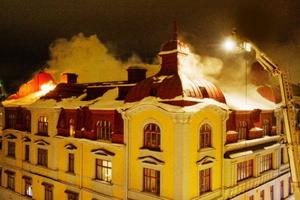 Det anrika Lindexhuset brinner och det kommer att ta hela natten innan branden är under kontroll