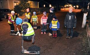 Barnen på Sävsbergsvägen leker gärna på gatan. Här hoppar Mille Storm på sin kickbike medan storasyster Nike, Lucas Wallstedt, Wiktor Buskenström, Wilma Buskenström, Julia Jonsson, Kasper Jonsson och Alexander Junevik tittar på.