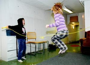 Maja Andersson och Emilia Holz passade på att hoppa hopprep i källaren.