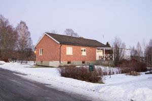 Källgatan 1 i Skinnskatteberg såldes för 380 000 kronor i januari.