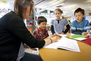 Läraren Jenny Berglund undervisar Palace Van Ram, Alva Genberg och Martin Nilsson.