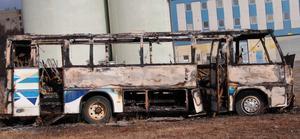 Den eldhärjade bussen har stått övergiven en längre tid.