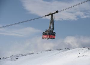 En ny gondolbana får toppstationen söder om nuvarande bergstation för kabinbanan.